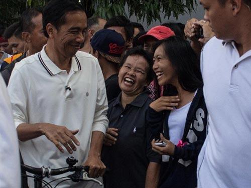 """Tổng thống Indonesia Joko Widodo trò chuyện với người dân trong một lần """"vi hành"""" Ảnh: CNN"""