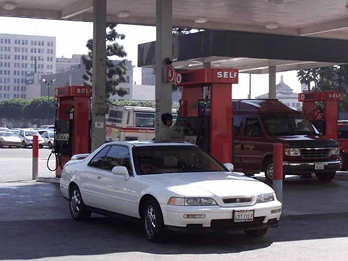 Người tiêu dùng Mỹ dễ chịu hơn khi đổ xăng nhưng các công ty dầu khí không hề vui Ảnh: REUTERS