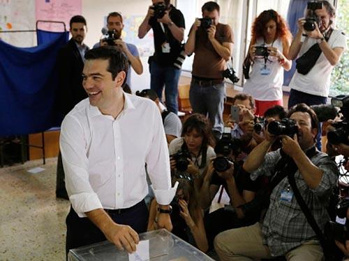 Thủ tướng Hy Lạp Alexis Tsipras bỏ phiếu trong cuộc trưng cầu ý dân hôm 5-7 Ảnh: TELEGRAPH