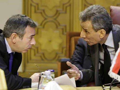 Ông Ashur Bou Rashed, đại diện Libya (phải), bàn bạc với đại diện Ai Cập Tarek Adel tại trụ sở Liên đoàn Ả Rập hôm 5-1 Ảnh: AP