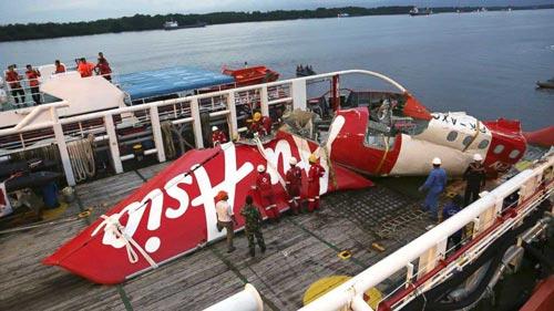 Các mảnh vỡ của chiếc máy bay AirAsia QZ8501 được tìm thấy Ảnh: AP