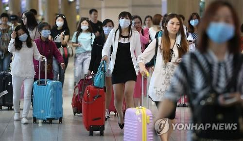 Du khách nước ngoài mang khẩu trang khi đến sân bay Incheon hôm 2-6 sau khi Hàn Quốc thông báo có 2 ca tử vong do MERS Ảnh: YONHAP