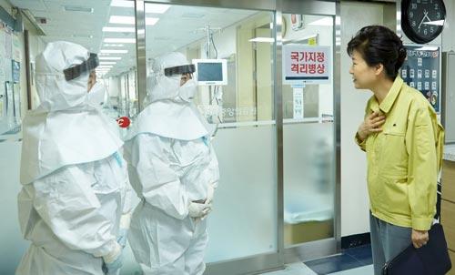 Tổng thống Park Geun-hye thăm một bệnh viện đang điều trị bệnh nhân MERS ở thủ đô Seoul Ảnh: REUTERS
