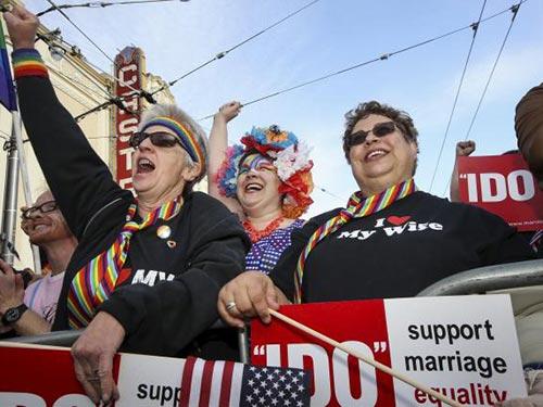 Nhiều người dân Mỹ vui mừng trước phán quyết hợp thức hóa hôn nhân đồng tính trên toàn quốc Ảnh: REUTERS