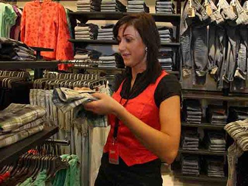 Ở Nga, các mặt hàng thời trang nước ngoài dành cho phụ nữ dịp xuân hè 2015 đã tăng giá gấp đôi so với năm 2014 Ảnh: GLOBAL LOOK PRESS