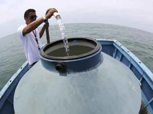Lấy nước biển và khử muối để làm nước uống ngoài khơi Bertioga - Brazil Ảnh: REUTERS