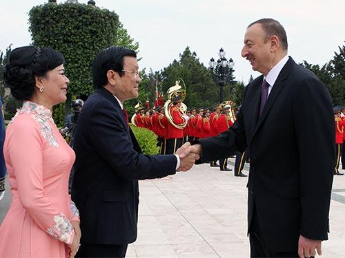 Tổng thống Cộng hòa Azerbaijan Ilham Aliyev đón Chủ tịch nước Trương Tấn Sang Ảnh: TTXVN