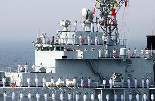 Tàu khu trục có tên lửa dẫn đường Harbin của Trung Quốc trong một cuộc tập trận với Hải quân Nga Ảnh: REUTERS