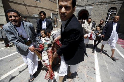 Nhiều người bị thương sau vụ tấn công đền thờ Hồi giáo ở thủ đô Sanaa (Yemen) hôm 20-3 Ảnh: REUTERS