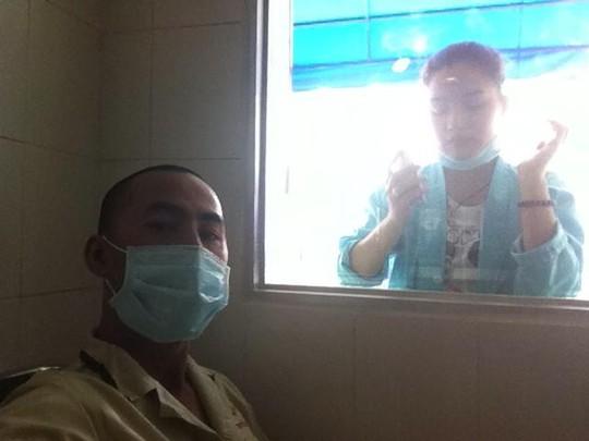 Vợ Duy Nhân nhìn chồng qua tấm kính cửa phòng cách ly