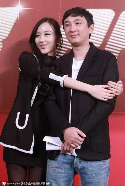Wang Sicong chụp ảnh với một người hâm mộ. Ảnh: CFP