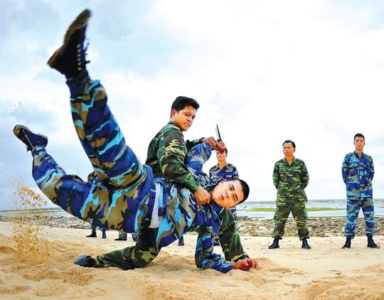 Các chiến sĩ trên đảo Sơn Ca hăng say rèn luyện võ thuật