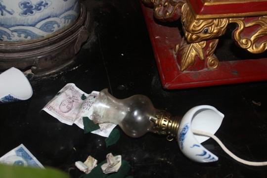 Nhiều người còn cướp lộc, cướp hoa phá vỡ cả các đồ thờ cúng