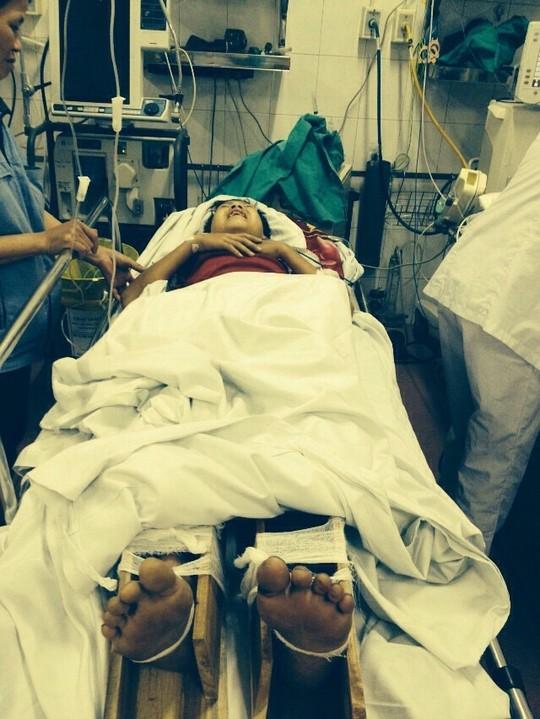 Em Chu Văn Long bị thương nặng được đưa vào cấp cứu tại Bệnh viện Việt Đức