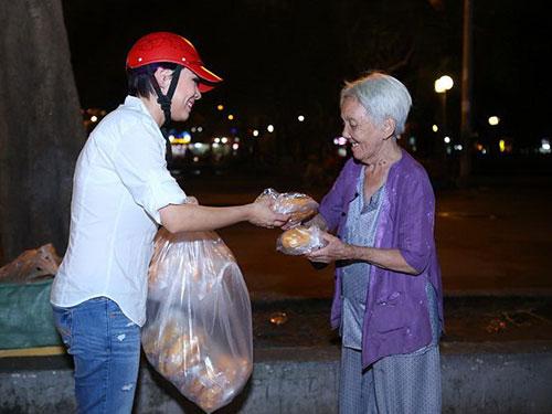 """Ca sĩ Thanh Thảo trong một đêm tặng """"bánh mì tình thương"""""""
