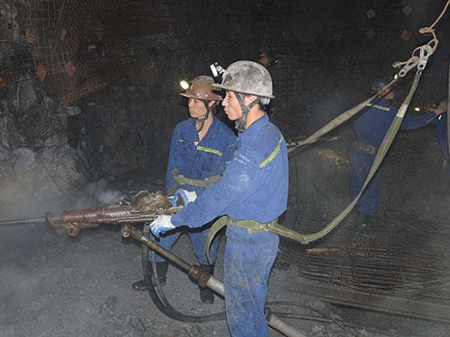 Công nhân mỏ than khoan lò ở độ sâu âm 300 m