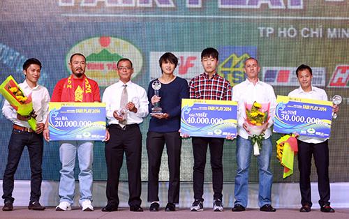 Các thành viên U19 Việt Nam nhận giải Fair Play 2014