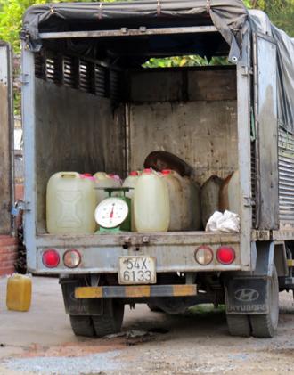 Nhiều can chứa đầy xăng máy bay trên xe tải của các đối tượng