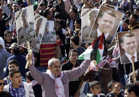 Người dân Jordan ủng hộ chính phủ tiêu diệt IS. Ảnh: AP