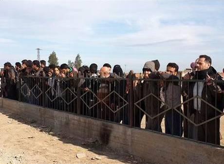Đám đông đứng xem cảnh hành quyết ở vùng nông thôn TP Raqqa. Ảnh: Independent