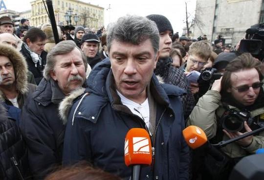 Ông Nemtsov phát biểu trước người biểu tình năm 2012. Ảnh: Reuters