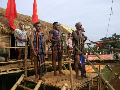 Tổng già làng Điểu K'Lộc tuyên bố nghi thức Lễ Ăn trâu