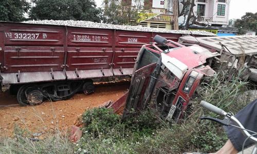 Chiếc xe tải lật nghiêng ngay sát đường tàu