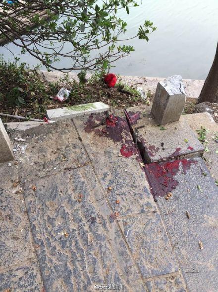 Máu các nạn nhân vương vãi trên nền đất. Ảnh: Weibo