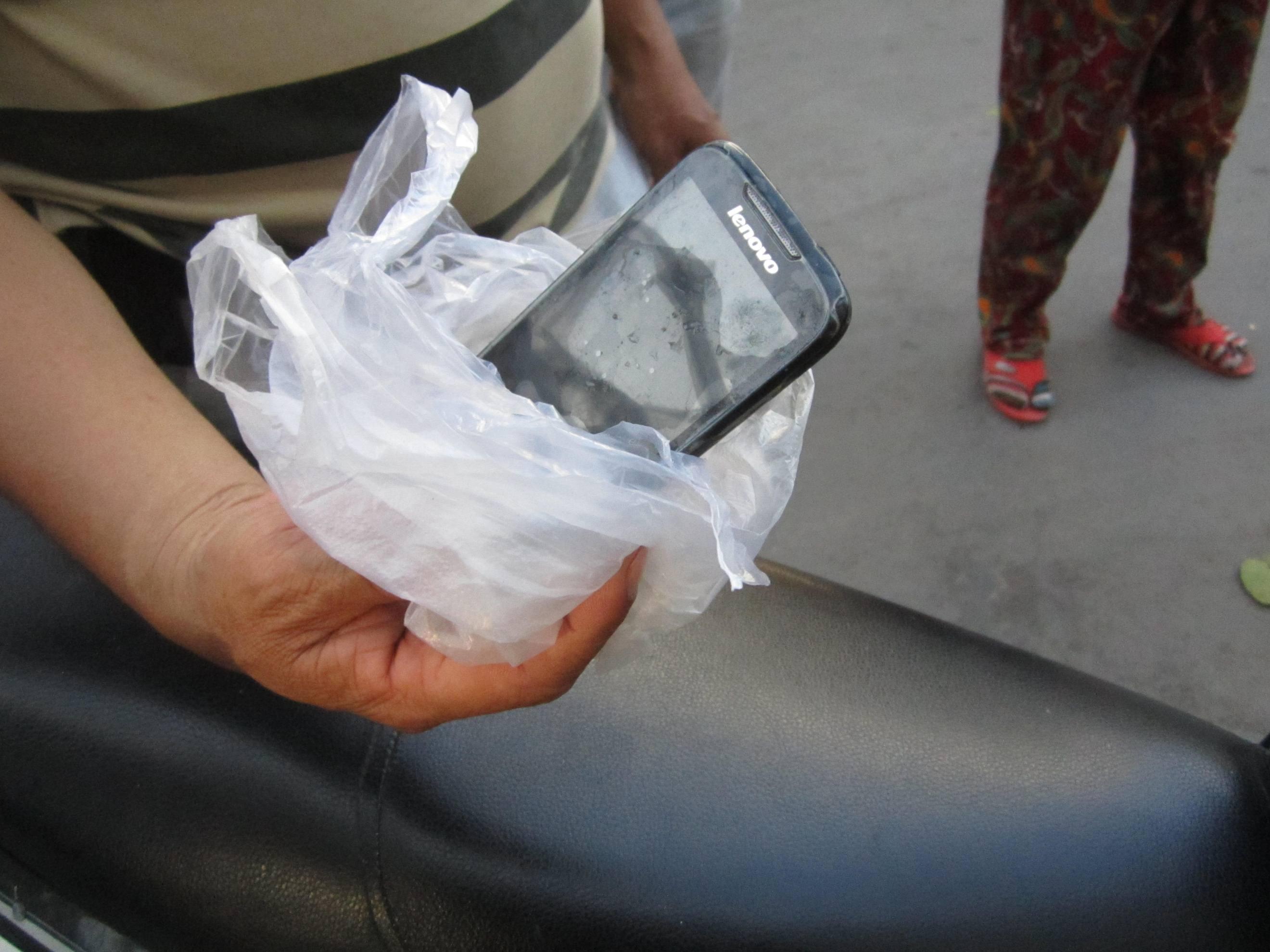 Chiếc điện thoại người đàn ông mang theo bên mình