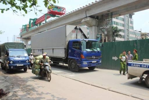Chiếc xe tải lớn cán qua người nạn nhân