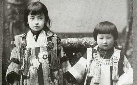 Bà Misao Okawa chụp hình với chị gái năm 1900. Ảnh: Telegraph