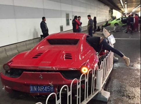 Chiếc Ferrari bị hỏng mặt bên và phía sau. Ảnh: SCMP