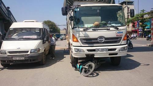 Chiếc xe của nạn nhân bị cuốn vào gầm xe tải