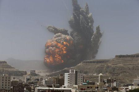 Khói lửa bốc lên sau cuộc không kích của liên minh Ả Rập vào thủ đô Saana - Yemen hôm 20-4. Ảnh: Reuters