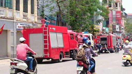 3 xe chữa cháy, 1 xe tiếp nước cùng hàng chục chiến sĩ chữa cháy có mặt tại hiện trường để dập lửa