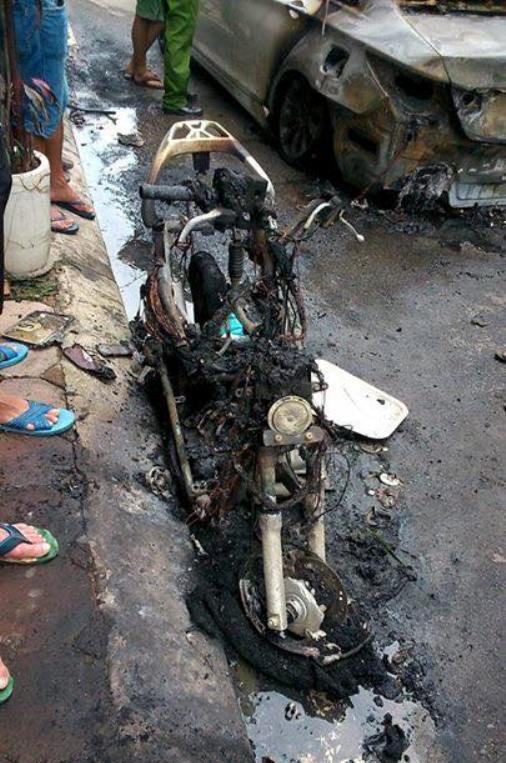 Chiếc xe máy Honda Lead bên cạnh cũng bị ngọn lửa cháy bén sang thiêu rụi chỉ còn trơ khung