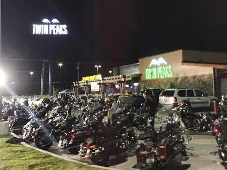 Cảnh sát phong tỏa nhà hàng Twin Peaks Sports Bar and Grill - hiện đã tạm đóng cửa. Ảnh: Reuters