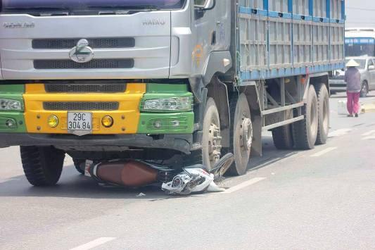 Chiếc xe máy của nạn nhân bị cuốn vào gầm và kéo rê hàng chục mét