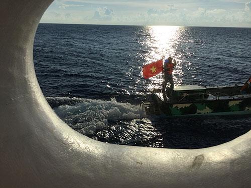 Lực lượng kiểm ngư luôn sẵn sàng xuất quân hỗ trợ ngư dân hành nghề trên ngư trường Trường Sa Ảnh: LƯƠNG DUY CƯỜNG