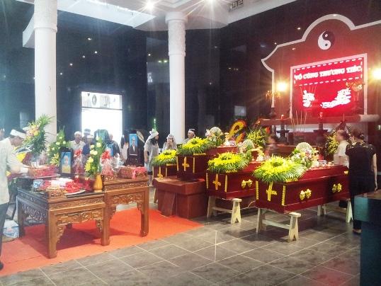 5 di ảnh cùng 4 chiếc quan tài xếp thành hàng lần lượt các thi thể nạn nhân xấu số tại nhà tang lễ bệnh viện Thanh Nhàn