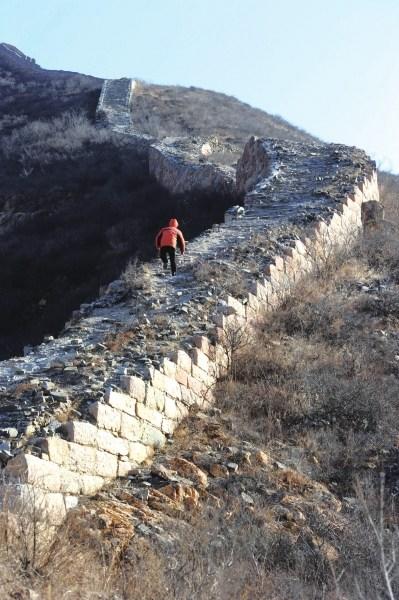 Một du khách đi trên đoạn Vạn Lý Trường Thành ở tỉnh Hà Bắc. Ảnh: China Daily