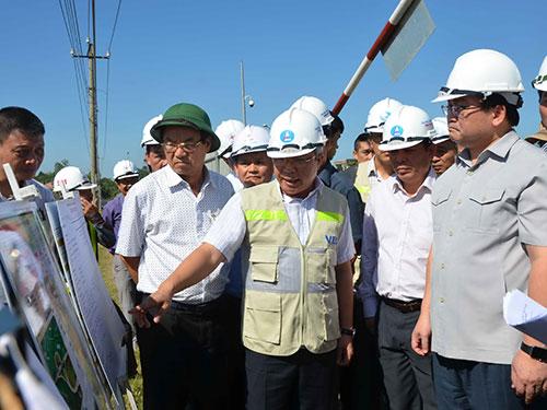 Nhà thầu báo cáo tiến độ thi công đường cao tốc Đà Nẵng - Quảng Ngãi với Phó Thủ tướng Hoàng Trung Hải Ảnh: BÍCH VÂN