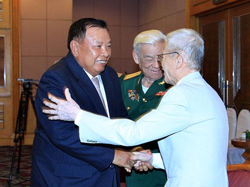 Phó Chủ tịch Bounnhang Volachit với các đại biểu quân tình nguyện và chuyên gia quân sự Việt Nam giúp cách mạng Lào  Ảnh: TTXVN