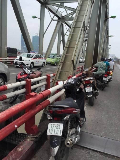 Chiếc xe của nạn nhân vẫn còn trên thành cầu