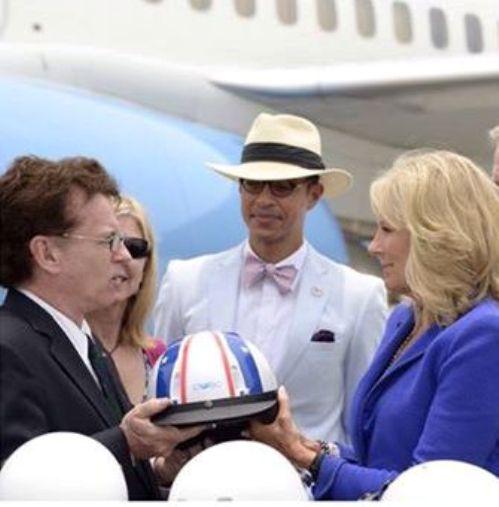 Bà Biden tham gia hoạt động tặng mũ bảo hiểm cho trẻ em Việt Nam do Đại sứ quán Mỹ tổ chức
