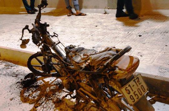Sau vụ cháy, chiếc xe còn trơ khung sắt