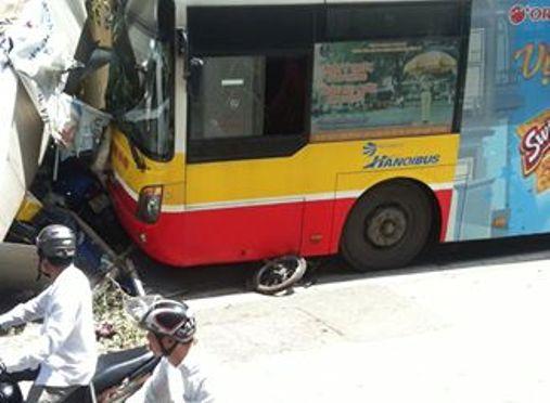 Chiếc xe máy bị cuốn vào gầm xe buýt