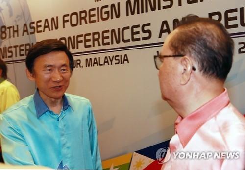 Ngoại trưởng Hàn Quốc Yun Byung-se (trái) chủ động thăm hỏi người đồng cấp Triều Tiên Ri Su-yong hôm 5-8. Ảnh: Yonhap