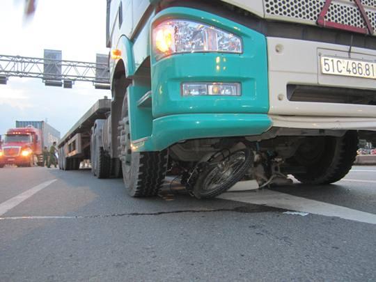 Xe máy của các nạn nhân kẹt cứng dưới gầm xe container