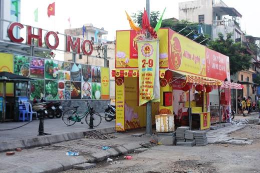 Bất chấp lệnh cấm từ thành phố Hà Nội, nhiều quầy bán bánh Trung thu vẫn ngang nhiên dựng ki ốt bày bán bánh lấn chiếm vỉa hè trên nhiều tuyến phố ở Thủ đô